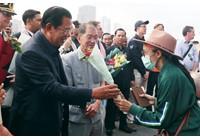 Virus corona - Covid-19: Castaway Cruise bị cấm bởi 4 quốc gia giữa nỗi sợ coronavirus được chào đón bằng hoa hồng ở Campuchia