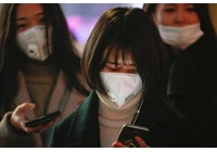 Virus corona - Covid-19: Một chiếc khăn tay, một số loại vải và thun: Hồng Kông làm cho mặt nạ của chính nó trong bối cảnh bùng phát coronavirus